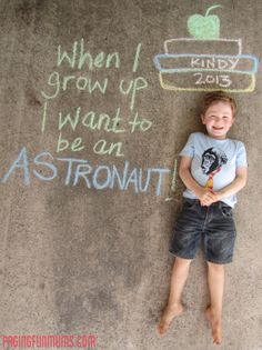 Awesome first day of school picture idea! @Denise H. Aguirre you can do this with Daniel =D