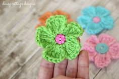 Simple Crochet Daisy Pattern - so quick and fun! Perfect for spring outfits!