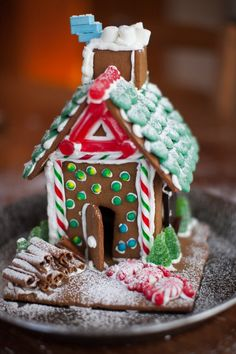 How to make a gingerbread house in  easy steps on www.simplebites.net #holiday #kidsinthekitchen #gingerbreadhouse #tutorial