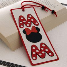 Free #printable Minnie Mouse MOM bookmark for #MothersDay - doing-disney.com #crafts #Disney