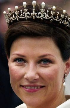 Queen Maud Spiked Tiara (smallest version) (Norwegian)  See earlier pins