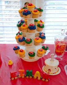 Cupcakes and smash cake at a Sesame Street birthday party #sesamestreet #partycake
