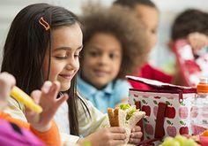 ¿No sabe qué poner en la lonchera de su hijo? La FDA tiene 4 consejos para las familias ocupadas.