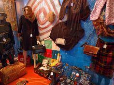 Escaparate vintage en Madrid. Tienda 'Retro City' en c/Corredera... http://tupersonalshopperviajero.blogspot.com.es/2011/01/au-revoir-madrid-i-see-you-soon.html