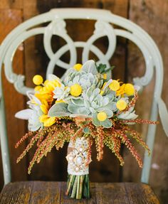 Os presentamos una selección de ramos de novia con detalles color amarillo.