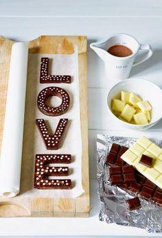 Des lettres en chocolat / Easter & Love http://www.marieclaireidees.com/,un-petit-lapin-en-tissu-applique,2610153,1678.asp