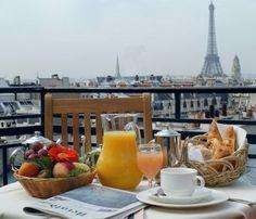 .Petit Déjeuner au balcon.