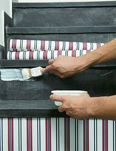 """Que tal aplicar papel de parede nos degraus da escada? A aplicação começa no preparo da cola em pó, específica para papéis de parede. Dissolva-a em água fria, misture e amasse-a com as mãos. Deixe descansar por duas horas, até que ganhe liga e dobre de tamanho. """"Adicione mais água e dissolva aos poucos até obter o ponto de gel de cabelo"""", ensina Camila Cardoso, da Só Papel de Parede e Revestimentos."""
