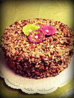 Choco Madness! Torta de chocolate, rellena y Cubierta con ganache de chocolate semi amargo, nueces y almendras!