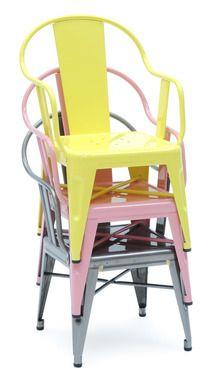 Añade color a tu cocina con estas sillas metálicas en colores pastel.