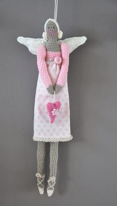 Free TILDA crochet lady (Used with Google Chrome the Dutch site translates automatically for me anyhoo). I just think she is so creative and so amazing. Enjoy this work of crochet art. Tilda I heart you xox.