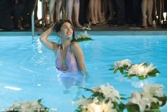 Megan en piscina con ropa