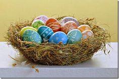 Cesta de páscoa feita com ovos de galinha decorados