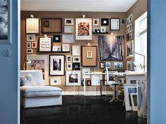 Varied picture wall: Art, photographs, written messages, empty frames—it's got it all!