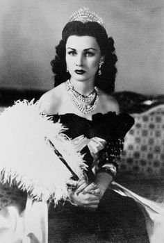 ''Queen Fawzia of Iran and Princess of Egypt. In 1939, H.R.H Princess Fawzia - the daughter of H.M King Fuad and 'H.M Queen Nazli of Egypt - married the future Shah of Iran, Reza Pahlavi. For this grand occasion, Van Cleef & Arpels was commissioned to create a diamond and platinum jewelry set comprising of a necklace, a pair of earclips, and a tiara.''...lindíssima!Parece sósia de Vivian Leigh