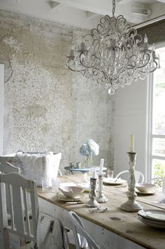 love this wall and chandelier!!