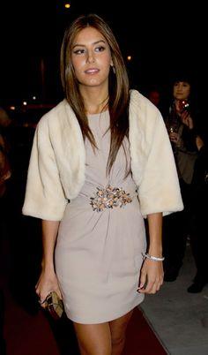 Ana Boyer derrochó estilo y elegancia con un diseño de color crema con detalle de pedrería en la cintura que combinó con unos zapatos de tacón y pendientes a juego