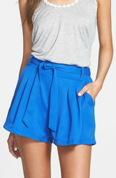 Cute! Love the tie waist on these blue pleat shorts.