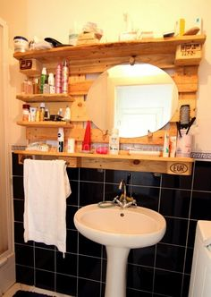 Pallet storage in the bathroom !