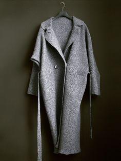 Long demi-season grey coat.