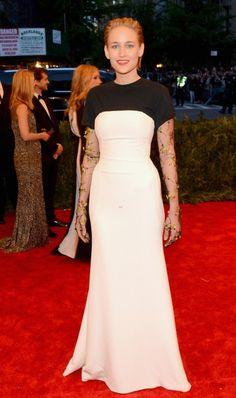 La insulsez de Dior solamente la salva Leelee Sobieski