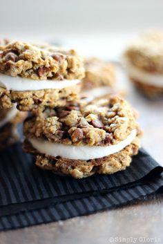 Pumpkin Cinnamon Oatmeal Whoopie Pies with cream cheese filling! #pumpkin #cookies