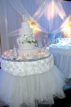 White and Gold Wedding. Stylish Wedding Cake Table Decorations