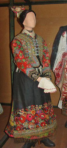 Costume traditionnel de Mezökövesd (Hongrie)    Costume traditionnel de jeune femme de Mezökövesd, BorsodCostumes du musée d'ethnographie de Budapest
