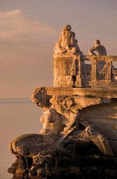 esto tampoco es Turquia  o Grecia es Stone Barge at Vizcaya, Spain