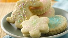 These buttery cookies with a creamy lemon filling will just melt in your mouth!