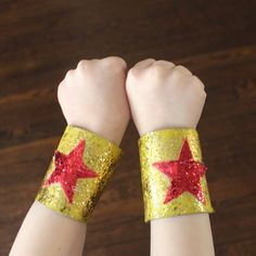A great DIY idea for little super heroes: magic glitter bracelets made from cardboard paper rolls.
