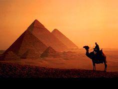 El Cairo. Ubicada a un costado del río Nilo, la ciudad egipcia presume sus monumentales pirámides. Uno de los lugares obligados para los amantes de la historia y arquitectura.