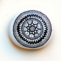 Hand Painted Stone Mandala van ISassiDellAdriatico op Etsy