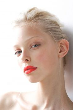 bold coral lip + clean face + blondes = gorgeous