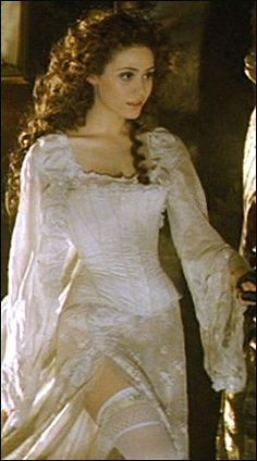 I love this movie, I love Emmy Rossum, I live this night gown, and I want her hair sooooo bad!!!!!