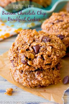 Banana Chocolate Chip Cookies. Dump all of the healthy ingredients into a bowl and mix! They are ready within 30 minutes. Grab them and go! Easy Breakfast Cookie, Chips Cookies, Banana Cookies Healthy, Bananas Chocolates, Healthy Banana, Banana Chocolate Chip Cookie, Breakfast Cookies Healthy, Gluten Free Banana Cookies, Easy Healthy Breakfast Cookies