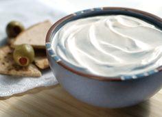 Cosa ti serve per preparare la panna acida… 125 ml di panna fresca 125 g di yogurt greco) 1 cucchiaio di succo di limone