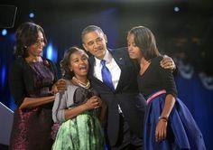 OBAMA RIELETTO - La famiglia Obama sul palco di Chicago