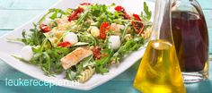 Italiaanse maaltijdsalade met pasta, kip, mozzarella en gedroogde tomaatjes in een romige pesto dressing