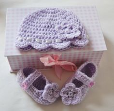 FREE PATTERN - Baby Bootee and Baby hat set-Free Crochet Patterns (Source : http://www.crochet-patterns-free.com/2012/05/free-crochet-patterns-for-baby-hat-and.html)