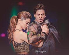 Very sweet photo of Deepika and Shahrukh during SLAM performance
