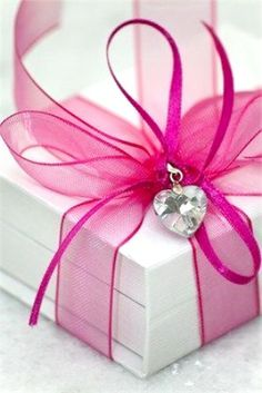 #DIY #crafts #Valentine's Day #giftwrapping ideas ToniK ⓦⓡⓐⓟ ⓘⓣ ⓤⓟ #heart charm http://amilassie.tumblr.com/