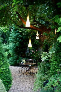Jardin - Pretty garden with pea gravel and unusul lights!