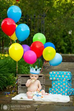 1 year birthday photo shoot with balloons and cake. {Although I can think of at least 3 ideas to make even this cute picture 100% better!}