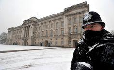 Metropolitan Police officer on duty outside Buckingham Palace, London.