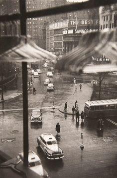 Louis Faurer  Union Square, New York City, 1950  hoy mi vida empezó con la misma reflexión que inspira esta foto: ¡pero es que fuera es frío y húmedo! (fuera de mi vida)