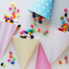 Muy fácil!!! Compras cartulinas con diseños (en muchas librerias y papeleras se consiguen) armas los conos y los llenas de dulces. Los chicos alucinan!!! es genial, económico y fácil... :)
