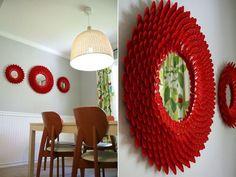 Moldura de espelho feito com colheres de plástico.    Passo a passo:  http://www.shelterness.com/wonderful-diy-chrysanthemum-mirror/