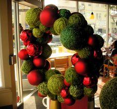 yarn ball, ball wreath, christmas wreaths, holiday wreaths, ornament wreath, rustic christmas, christmas ornaments, gift idea, yarn wreaths
