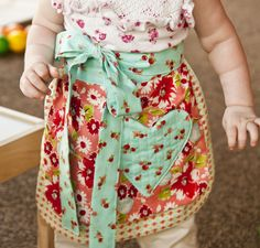 sweet pattern for a toddler apron and oven mitts #sewing